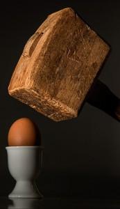 Drama ... Holzhammer schlägt auf Ei