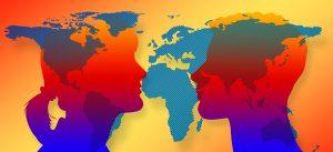 Memscgensilhouette vor Weltkarte