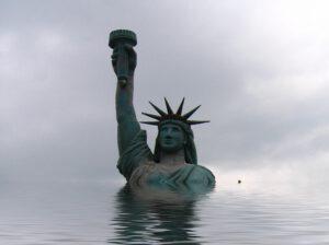 Freiheitsstatue bis zur Brust im Wasser