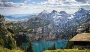 Alleinsein an einem Bergsee mit Hütte und Fernsicht